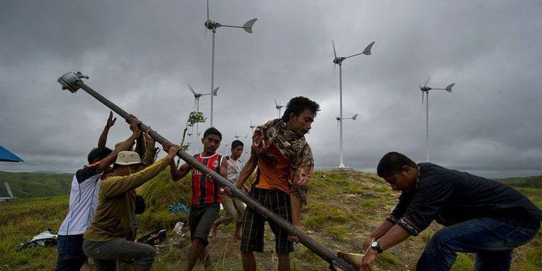 Penduduk Desa Kamanggih, Pulau Sumba, NTT, memanfaatkan angin untuk pembangkit listrik komunal mereka tahun 2014. Sebelumnya, desa ini selalu gelap gulita saat malam.