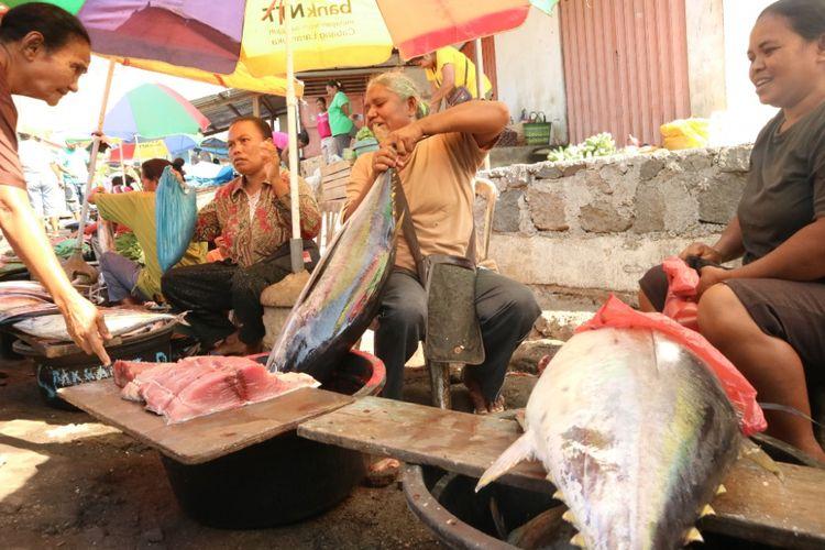 Penjual ikan segar di Pasar Baru Larantuka, Flores, NTT, Jumat (12/10/2018).