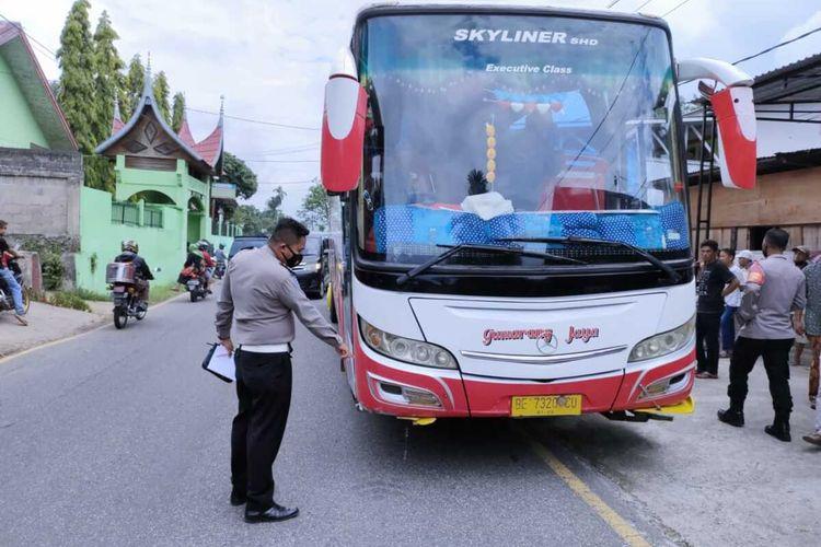 Bus Gumarang Jaya tabrak sekelompok siswa SD Pitalah, Tanah Datar, Kamis (15/4/2021)