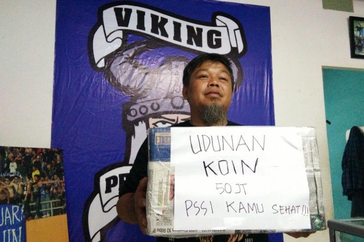 Pengurus Viking, Yana Umar saat memperlihatkan kotak sumbangan untuk menggalang dana atas denda Komisi Disiplin terkait pembuatan konfigurasi Save Rohingya