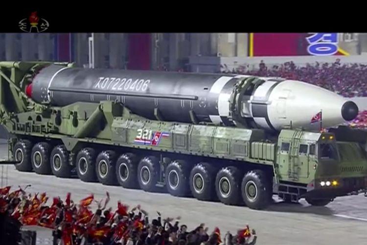 Gambar yang berasal dari tangkapan layar tayangan kanal televisi Korea Utara, KRT, menunjukkan rudal balistik antar benua terbaru yang dipunyai Korea Utara, dipamerkan dalam parade militer untuk merayakan 75 tahun Partai Buruh di Lapangan Kim Il Sung, Pyongyang, pada 10 Oktober 2020.