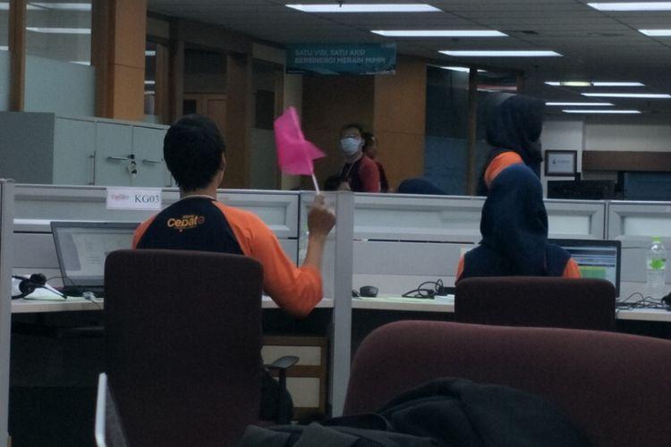 Salah satu tim konfirmator saat mengangkat bendera di Pusat Kendali Litbang Kompas, Rabu (27/6/2018)