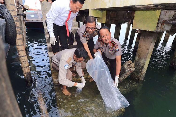 Kapolda Kepri Irjen Pol Didid Widjanardi saat melepasliarkan kembali benih lobster jenis pasir dan mutiara senilai Rp 13,6 miliar yang hendak diselundupkan, di Perairan Pulau Abang, Batam, Kepulauan Riau, Kamis (9/8/2018). Berawal dari laporan warga, polisi berhasil menggagalkan penyelundupan puluhan ribu benih lobster yang rencananya akan dikirim ke Singapura melalui jalur laut dari Batam.