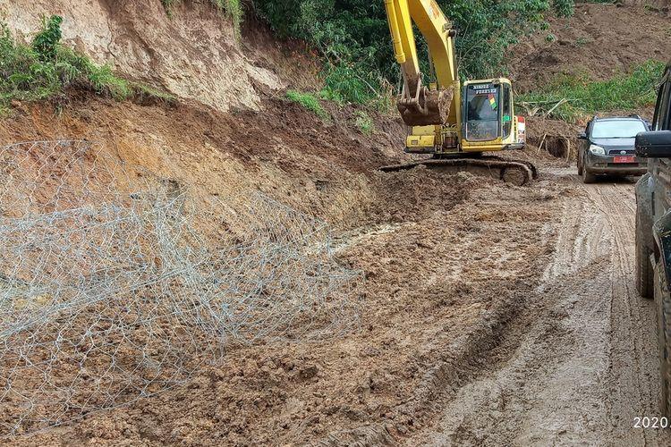 Sejumlah alat berat sedang melakukan pengerjaan  kondisi jalan yang tertimbun longsor di Kecamatan Sukajaya Kabupaten Bogor, Jawa Barat, Rabu (15/1/2020).