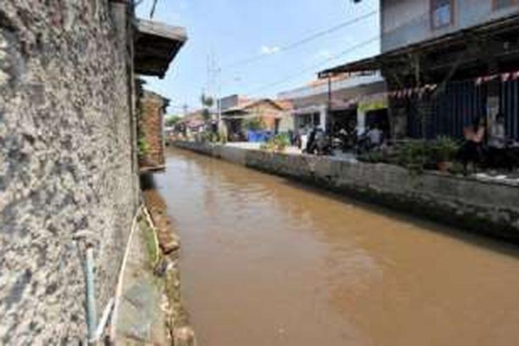 Bangunan warga memenuhi samping kanan dan kiri aliran Kali Baru di kawasan Kramatjati, Jakarta Timur, Rabu (10/8/2016).