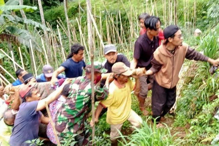 Anggota Kodim 0712 Tegal Serda Deni Cipto Utomo bersama warga mengevakuasi korban longsor di Desa Begawat, Kecamatan Bumijawa, Kabupaten Tegal, Jawa Tengah, Minggu (13/12/2020). (Istimewa)