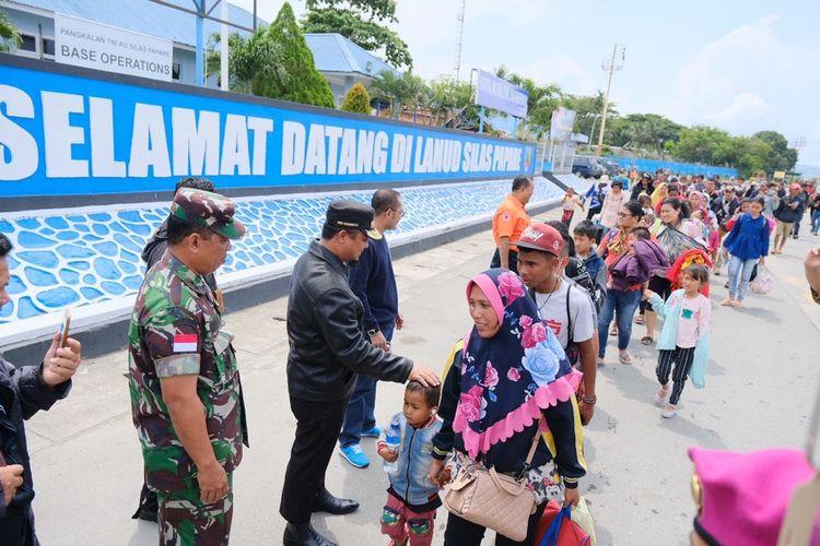 Wakil Gubernur Sulsel, Andi Sudirman Sulaiman mengunjungi dan menjemput pengungsi asal Sulsel di Wamena, Senin (30/9/2019).