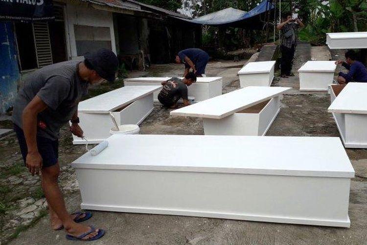 Sebuah usaha dekorasi pernikahan di Bogor beralih jadi pembuat peti mati khusus Covid-19 karena imbas pandemi. (Tribun Bogor/Naufal Fauzy)