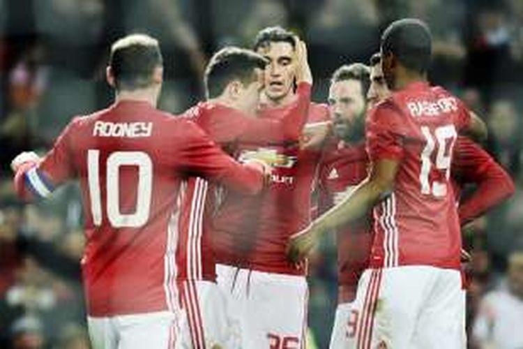 Gelandang Manchester United, Juan Mata (3 dari kanan) merayakan golnya bersama rekan-rekannya dalam pertandingan semifinal pertama Piala Liga melawan Hull City,  Selasa (10/1/2017).