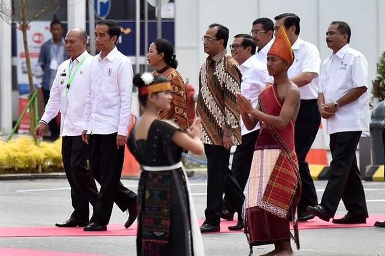 Presiden Joko Widodo (kedua kiri) didampingi Bupati Tapanuli Utara Nixon Nababan (kiri), Menteri BUMN Rini Sumarno (ketiga kiri), Menteri Perhubungan Budi Karya Sumadi (tengah), Menko bidang Kemaritiman Luhut Panjaitan (kelima kanan), Menteri Pariwisata Arief Yahya (keempat kanan), Dirut Angkasa Pura II Muhammad Awaluddin (kedua kanan), dan Gubernur Sumatera Utara Tengku Erry Nuradi (keenam kanan) meninjau fasilitas Terminal Bandara Internasional Silangit di Siborong-Borong, Tapanuli Utara, Sumatera Utara, Jumat (24/11). Presiden berharap dibukanya Terminal Bandara Internasional Silangit menjadi pintu masuk bagi wisatawan mancanegara untuk menikmati keindahan Danau Toba.