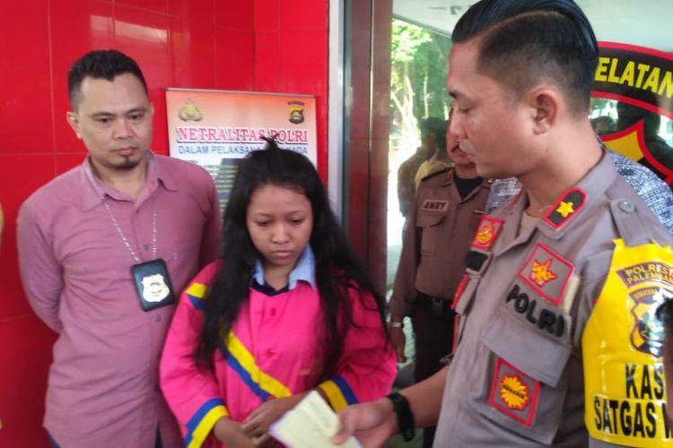Hendianita (21) pengantin yang menggelapkan uang toko saat berada di Polsek Ilir Timur I Palembang, Sumatera Selatan.