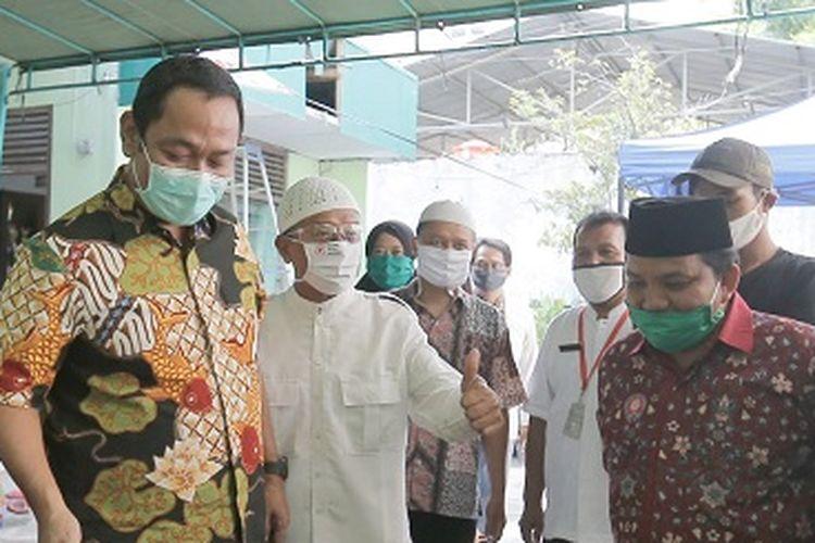 Wali Kota Semarang Hendrar Prihadi, saat mengunjungi dapur umur di Sekolah Dasar Muhammadiyah 1, Lamper Kidul, Semarang Selatan, Jumat (8/5/2020).