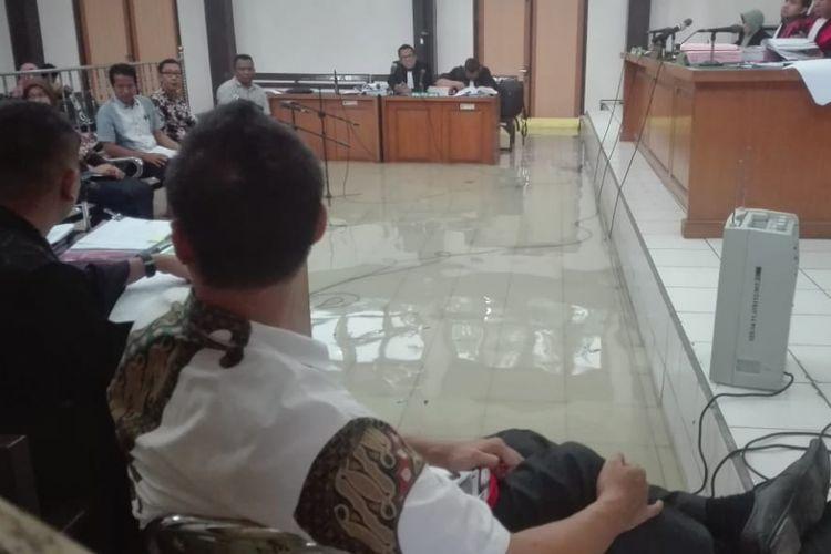 Ruang sidang Tipikor di Pengadilan Negeri Klas 1 Palembang, Sumatera Selatan mengalami kebanjiran usai diguyur hujan lebat. Bahkan, para terdakwa, saksi dan pengacara harus mengangkat kaki diruang sidang, Senin (10/12/2018).