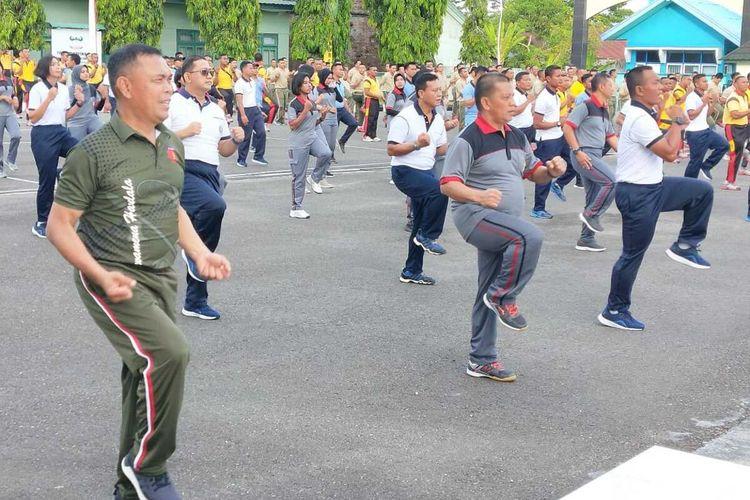 Pangdam XVI Pattimura, Mayjen TNI Marga Taufiq dan Kapolda Maluku, Irjen Pol Baharudin Djafar bersama ratusan aparat TNI Polri mengikuti kegiatan olahraga bersama di halaman Kodam XVI Pattimura Ambon, Jumat (21/2/2020)