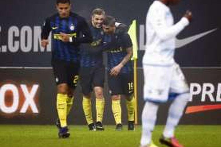 Penyerang Inter Milan, Mauro Icardi, merayakan golnya seusai mencetak gol ke gawang Lazio pada pertandingan lanjutan Serie A, 21 Desember 20165.