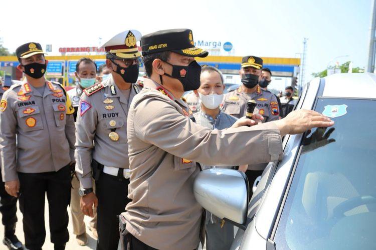 Kapolda Jateng Irjen Ahmad Luthfi saat meninjau Gerbang Tol Kalikangkung Semarang, Minggu (16/5/2021)