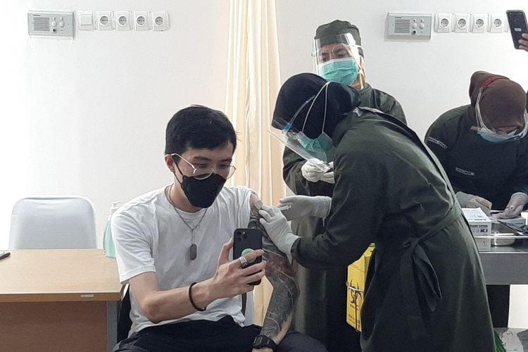 Dokter Tirta Mandira Huda saat mendapatkan vaksinasi di Puslesmas Ngamplak 2 Kabupaten Sleman.