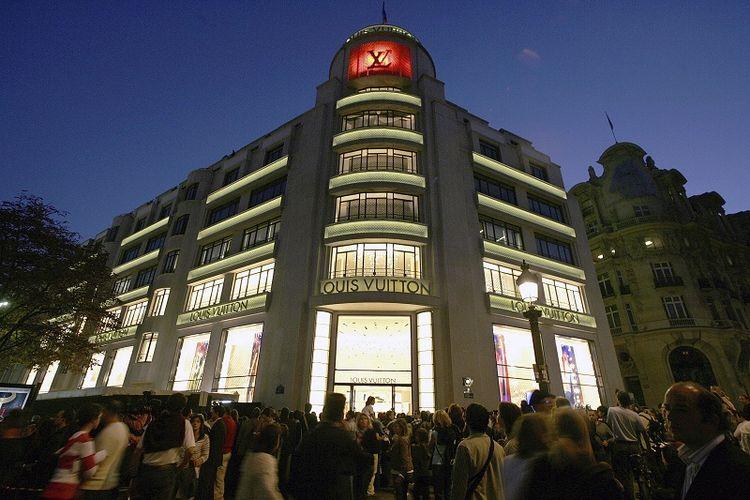 Dalam file foto 9 Oktober 2005 ini, kerumunan orang berkumpul di depan toko pembuat barang mewah Perancis Louis Vuitton di Champs Elysees di Paris, selama upacara pembukaan kembali setelah proyek desain ulang dan pembesaran selama 20 bulan.