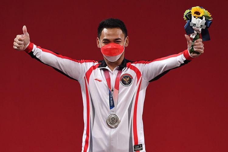 Selebrasi lifter Indonesia Eko Yuli Irawan sesuai meraih medali perak kelas 61 kg putra Grup A Olimpiade Tokyo 2020 di Tokyo International Forum, Tokyo, Jepang, Minggu (25/7/2021). Eko Yuli berhasil mempersembahkan medali perak dengan total angkatan 302 kg.