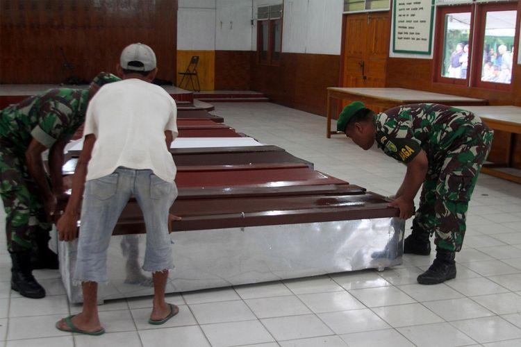 Anggota TNI dibantu warga mempersiapkan peti jenazah untuk korban penembakan Kelompok Kriminal Bersenjata (KKB) di Wamena, Papua, Selasa (4/12/2018). Sebanyak 31 karyawan PT Istika Karya diduga tewas ditembak oleh KKB saat melakukan pengerjaan jalur Trans Papua di Kali Yigi dan Kali Aurak Distrik Yigi, Kabupaten Nduga, Papua pada 2 Desember lalu. ANTARA FOTO/Iwan Adisaputra/sgd/hp.