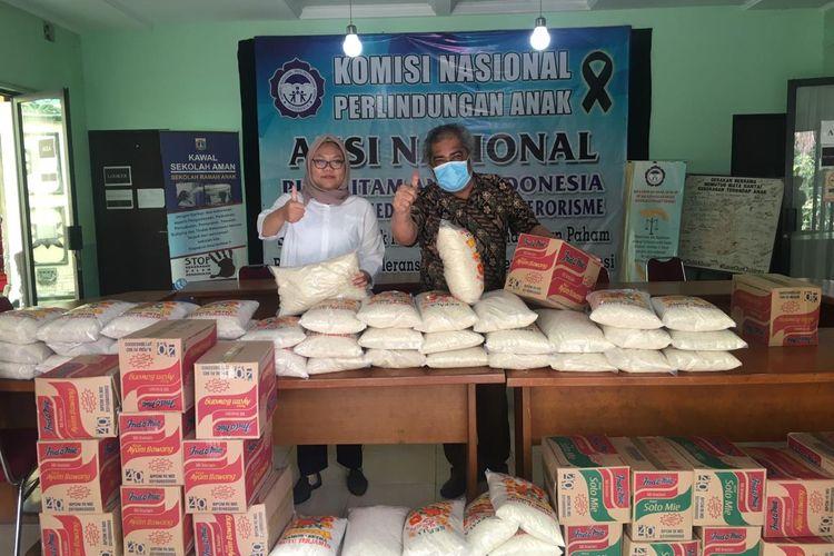 Ketua Komnas PA Arist Merdeka Sirait membagikan paket sembako kepada warga yang terdampak pandemi virus corona, Rabu (8/4/2020).