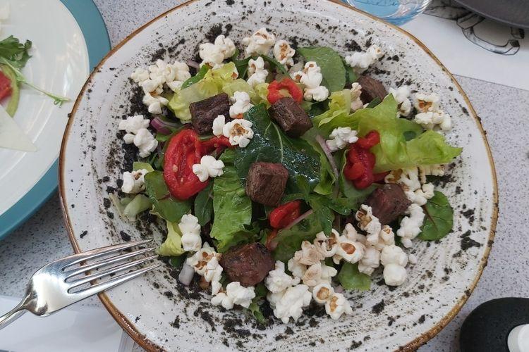 Beef Striploin Salad adalah salad yang menggunakan daging sapi striploin.