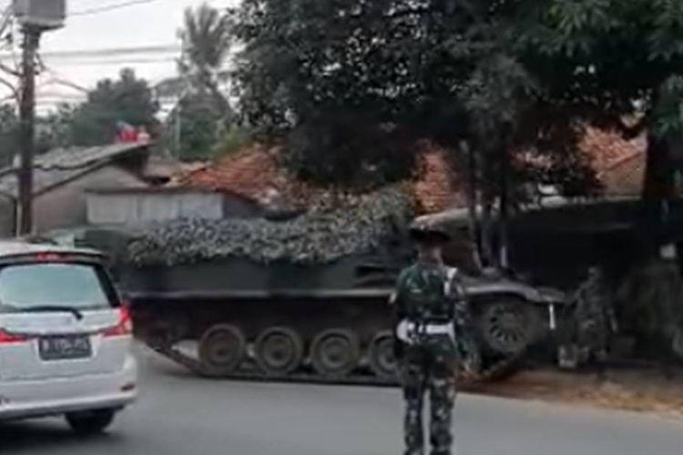 Tangkapan layar video viral disebutkan tank TNI dikerahkan untuk menghalau pemudik di perbatasan Bekasi-Bogor.
