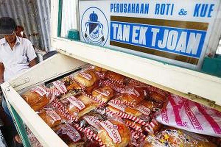 Penjual roti Tan Ek Tjoan dengan gerobak mangkal di Jalan Cikini Raya, Jakarta Pusat, Sabtu (10/1/2015).