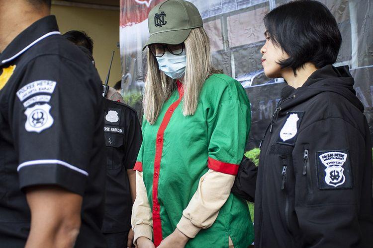 Polisi menghadirkan artis Lucinta Luna (tengah) pada rilis kasus narkoba di Polres Metro Jakarta Barat, Rabu (12/2/2020). Lucinta Luna ditetapkan sebagai tersangka kasus kepemilikan narkoba dengan barang bukti dua butir pil ekstasi, tujuh butir pil riklona dan lima butir pil tramadol setelah ditangkap di sebuah apartemen di kawasan Tanah Abang, Jakarta Pusat.
