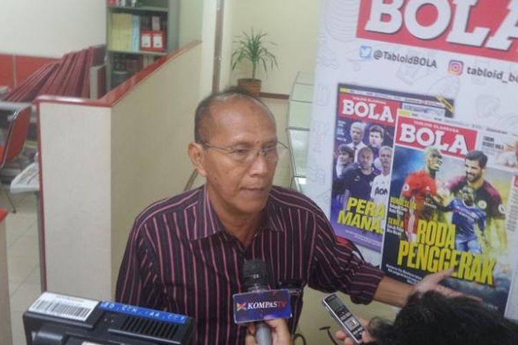 Pelatih Persita Tangerang, Bambang Nurdiansyah, diwawancarai awak media seusai menjadi pembicara dalam Forum Diskusi BOLA di Kantor Redaksi Tabloid BOLA, Rabu (25/1/2017).