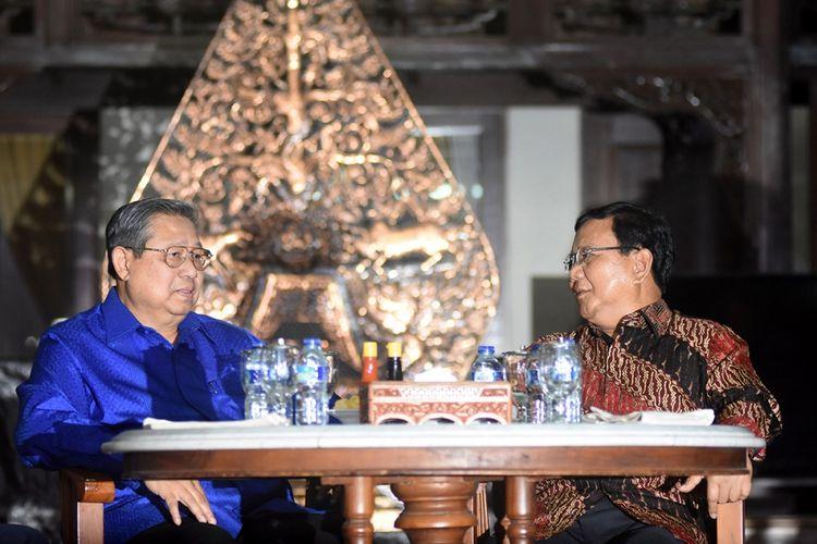Ketua Umum Partai Demokrat Susilo Bambang Yudhoyono (kiri) berbincang dengan Ketua Umum Partai Gerindra Prabowo Subianto sebelum mengadakan pertemuan tertutup di Puri Cikeas, Bogor, Jawa Barat, Kamis (27/7/2017). Pertemuan di antaranya menyikapi disahkannya UU Pemilu pada Sidang Paripurna DPR pekan lalu, di mana empat fraksi yakni Fraksi Partai Demokrat, Gerindra, PAN, dan PKS menolak penggunaan Presidential Treshold dalam pelaksanaan Pemilu Serentak 2019.