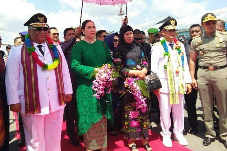 Gubernur Sultra Ali Mazi dan Wagub Sultra Lukman Abunawas didampingi istri tiba di Bandara TNI AU. (KOMPAS.COM/ KIKI ANDI PATI)