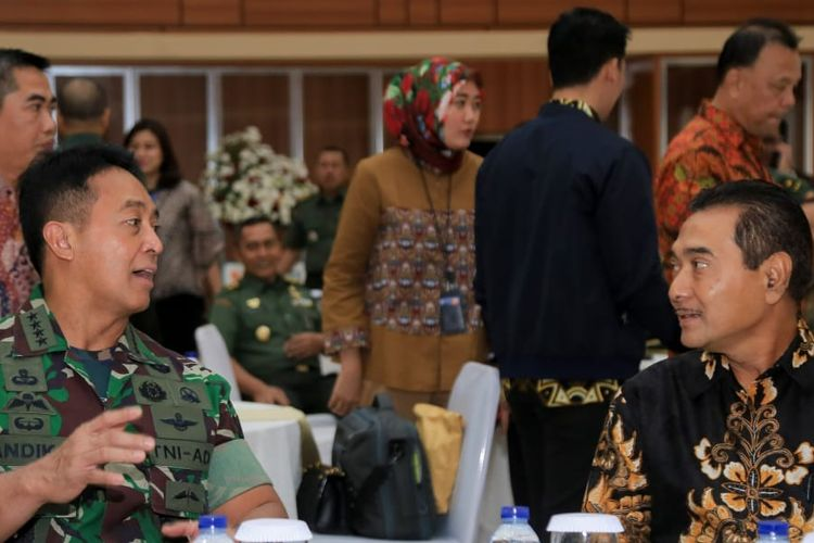 Direktur Keuangan Aangkatan Darat (AD) Brigadir Jendral (Brigjen) TNI Temas (kiri) dan Direktur Hubungan Kelembagaan Bank BRI Sis Apik Wijayanto (kanan) dan dalam acara pengesahan Perjanjian Kerja Sama (PKS) tentang Penggunaan dan Pemberian JasaPelayanan Bank bagi Kesatuan TNI AD.