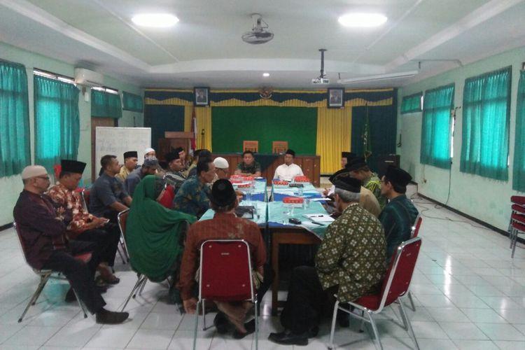 Suasana rapat koordinasi antara MUI Kota Madiun, Kemenag Kota Madiun, Kodim Madiun, dan sejumlah ormas Islam terkait rencana pemutaran film G30S/PKI di seluruh masjid, pondok pesantren dan sekolah, Senin (25/9/2017).