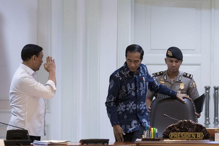 Presiden Joko Widodo (tengah) dan Menkopolhukam Wiranto (kiri) bersiap mengikuti rapat terbatas tentang ketersediaan anggaran dan pagu indikatif tahun 2020 di Kantor Presiden, Jakarta, Senin (22/4/2019). Pemerintah akan mengupayakan penganggaran dan alokasi APBN 2020 memberikan stimulus pada pertumbuhan ekonomi. ANTARA FOTO/Puspa Perwitasari/aww.