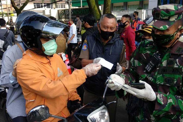 Pemeriksaan kendaraan di hari pertama pemberlakuan PSBB di Kota Bandung.