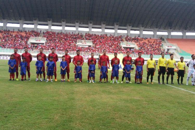 Timnas Indonesia U-22 jelang kick-off melawan Myanmar dalam laga uji coba di Stadion Pakansari, Cibinong, Selasa (21/3/2017).