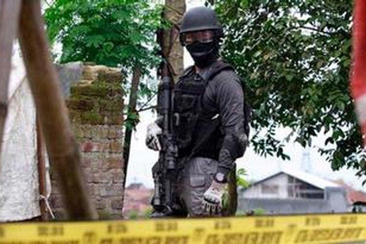 Ilustrasi: Densus 88 mengepung teroris di sebuah rumah di Kampung Batu Rengat, Desa Cigondewah Hilir Kecamatan Margaasih, Kabupaten Bandung, Jabar, Rabu (8/5/2013).