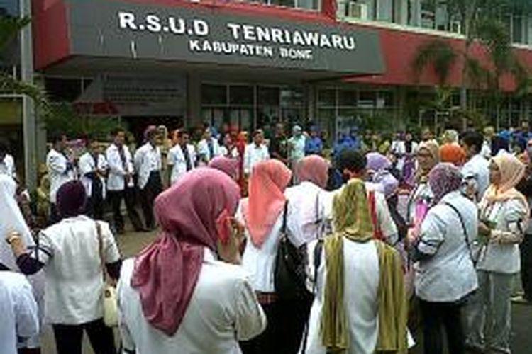 Puluhan dokter di Kabupaten Bone, Sulawesi Selatan menggelar unjukrasa di halaman rumah sakit hingga ke kantor kejaksaan negeri (Kejari) setempat menuntut pembebasan rekannya yang ditangkap Kejari Manado. Rabu, (27/11/2013).