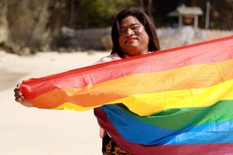 Bunda Mayora memegang bendera pelangi