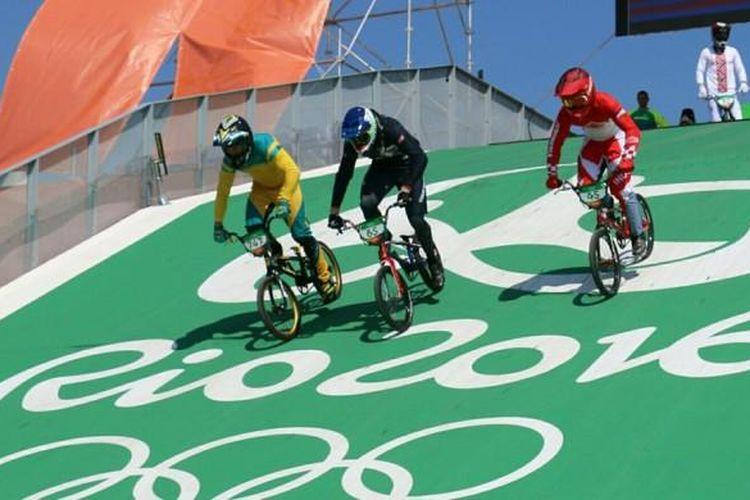Pebalap sepeda BMX Indonesia, Toni Syarifudin (kanan, helm merah), bersama dua pebalap dari negara lain, tengah menjajal trek supercross Deodoro Olympic Park, Rio de Janeiro, Brasil, Selasa (16/8/2016), sebagai persiapan lomba balap sepeda nomor BMX pada Olimpiade Rio.