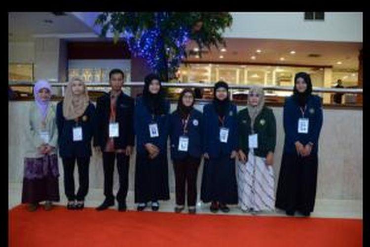 Para mahasiswa peraih beasiswa Bidikmisi di acara silaturahim di Jakarta, 26 – 28 Februari 2014 lalu. Presiden RI Susilo Bambang Yudhoyono hadir di acara tersebut dan meminta para mahasiswa peraih Bidikmisi untuk berjuang mengurangi kemiskinan.