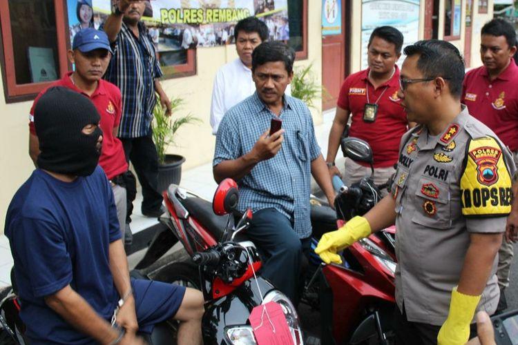 Pelaku pembakaran terhadap Sukarno dan Ivan, SM (50) dihadirkan saat konferensi pers di Mapolres Rembang, Kamis (5/12/2019).