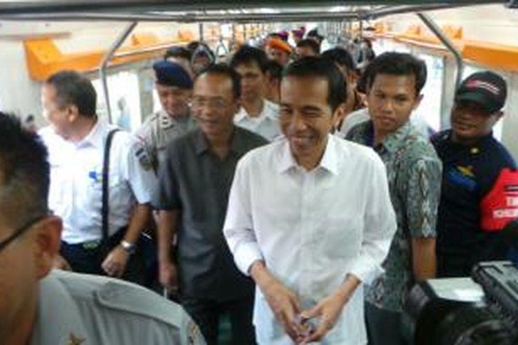 Gubernur DKI Jakarta Joko Widodo (tengah) dan Wakil Menteri Perhubungan Bambang Susantono meninjau kereta listri buatan PT Industeri Kereta Api di Stasiun Manggarai, Jakarta Selatan, Rabu (28/8/2013).