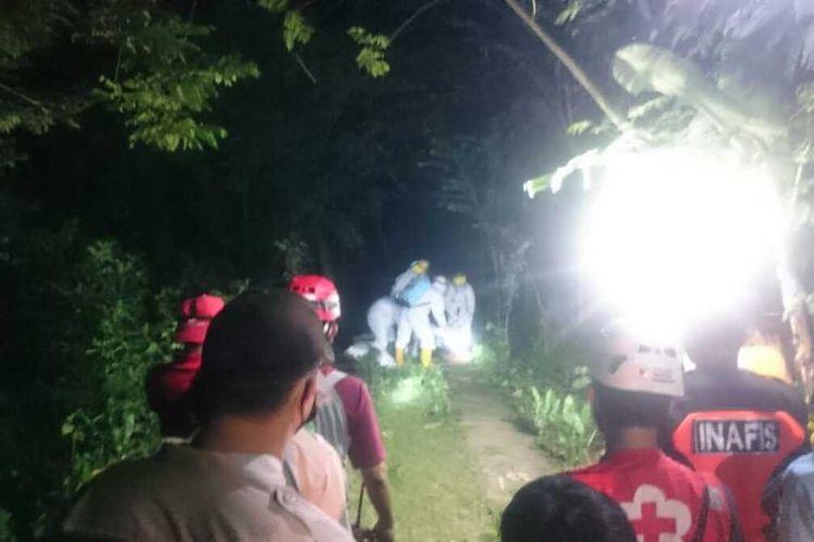 Tim Covid-19 mengevakuasi jenazah M yang tergeletak di jalanan desa di Pedukuhan Gegulu, Kaluraha Gulurejo, Lendah, Kulon Progo, Daerah Istimewa Yogyakarta. Malam itu juga, mereka memakamkan M di pedukuhan sebelah.