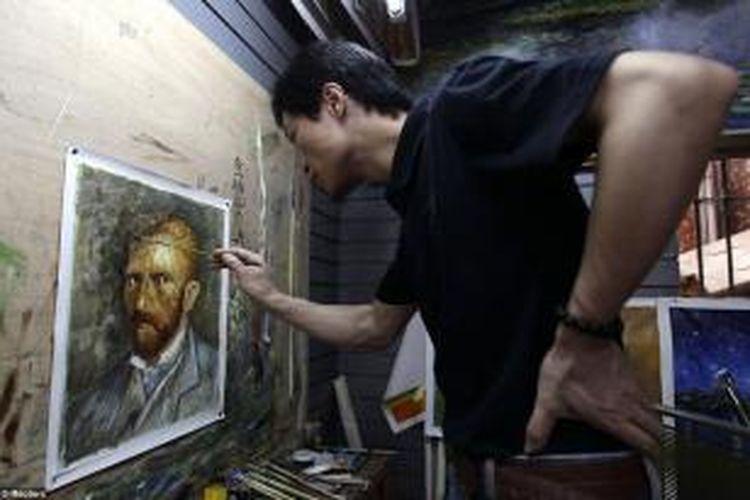 Di sinilah para seniman memproduksi hingga 60 persen dari total keseluruhan barang-barang seni asal China yang terkenal sebagai