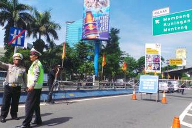 Uji coba penutupan exit Tol Tegal Parang.Senin (16/12/2013).