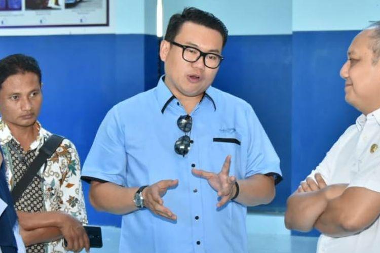 Direktur Utama Perum Perindo Risyanto (kemeja Biru) ketika meninjau kawasan pelabuhan perikanan nusantara Prigi di kecamatan Watulimo kabupaten Trenggalek Jawa Timur (19/06/2019)