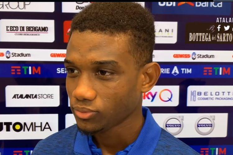 Pemain Atalanta, Amad Diallo Traore, saat melakukan interviu dengan tim media klubnya setelah melakukan debut di Serie A 2019-2020.