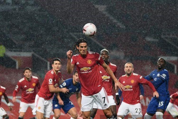 Aksi striker Manchester United Edinson Cavani pada laga Liga Inggris kontra Chelsea di Stadion Old Trafford, Sabtu (24/10/2020).